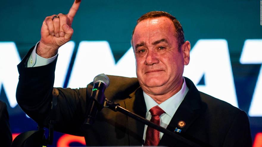 El presidente electo de Guatemala, Alejandro Giammattei, habla con sus partidarios en la sede de su campaña después de que cerraron las urnas el día de las elecciones en la Ciudad de Guatemala, 11 de agosto de 2019. (AP Photo / Oliver de Ros)