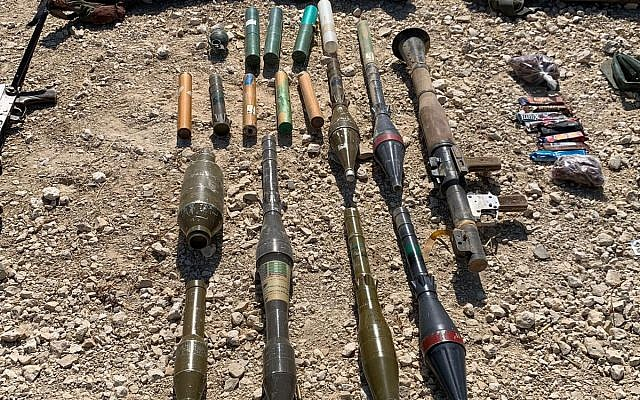 Esta foto muestra armas llevadas por cuatro palestinos que intentaron infiltrarse en Israel a través de la valla fronteriza con Gaza, 10 de agosto de 2019. (Fuerzas de Defensa de Israel)