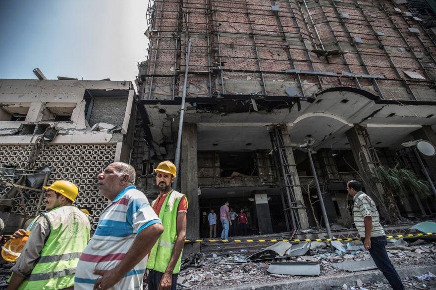 Los egipcios caminan afuera del Instituto Nacional del Cáncer en la capital, El Cairo, el 5 de agosto de 2019, donde se produjo un accidente y un bombardeo justo antes de la medianoche del día anterior. (Khaled DESOUKI / AFP)