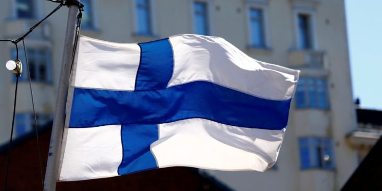 La bandera de Finlandia ondea en Helsinki, Finlandia, el 3 de mayo de 2017. (Crédito de la foto: INTS KALNINS / REUTERS)
