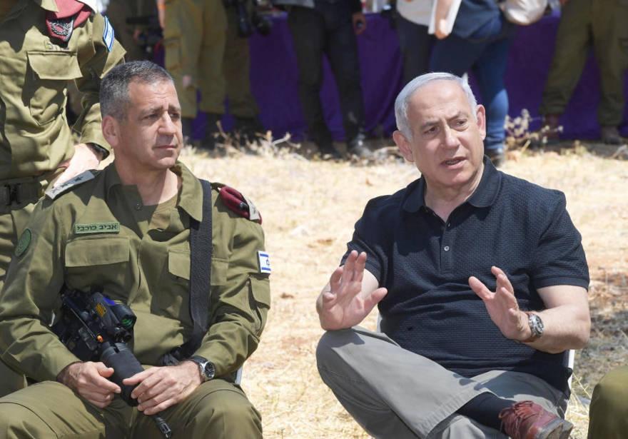 El primer ministro Benjamin Netanyahu y el jefe de gabinete de las FDI, el teniente general. Aviv Kochavi. (Crédito de la foto: AMOS BEN-GERSHOM / GPO)