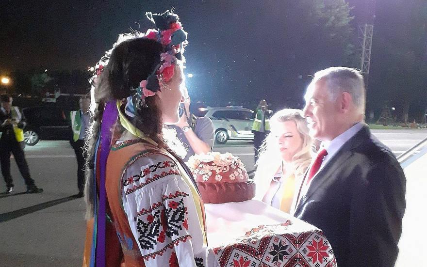 El primer ministro Benjamin Netanyahu y su esposa Sara son recibidos en el aeropuerto de Kiev por ucranianos vestidos con trajes tradicionales el 18 de agosto de 2019. (Raphael Ahren / Times of Israel)