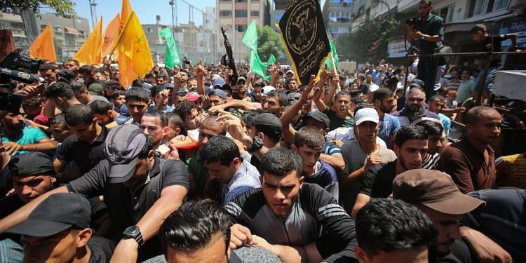 Los dolientes llevan el cuerpo del pistolero palestino Mohamad Al-Tramsi durante su funeral en la Franja de Gaza el 18 de agosto de 2019. Al-Tramsi fue asesinado junto con otros dos palestinos por los bombardeos de las FDI en respuesta a un intento de infiltración en Israel. Crédito: Hassan Jedi / Flash90.