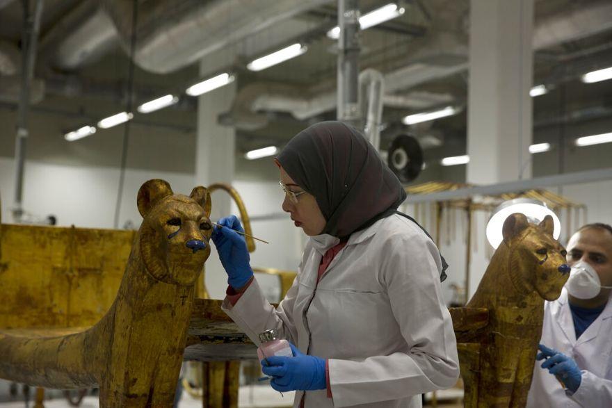 Un trabajador restaura un artefacto en el centro de conservación del Gran Museo Egipcio en Giza, el domingo | Foto: Foto AP / Maya Alleruzzo