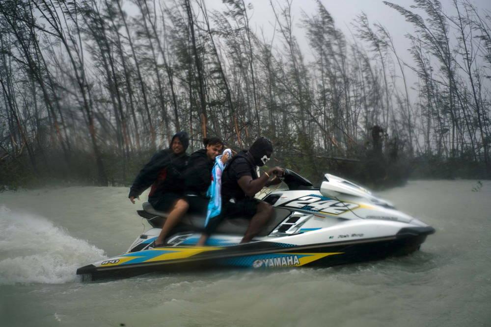 Tres personas escapan en una moto acuática (AP)
