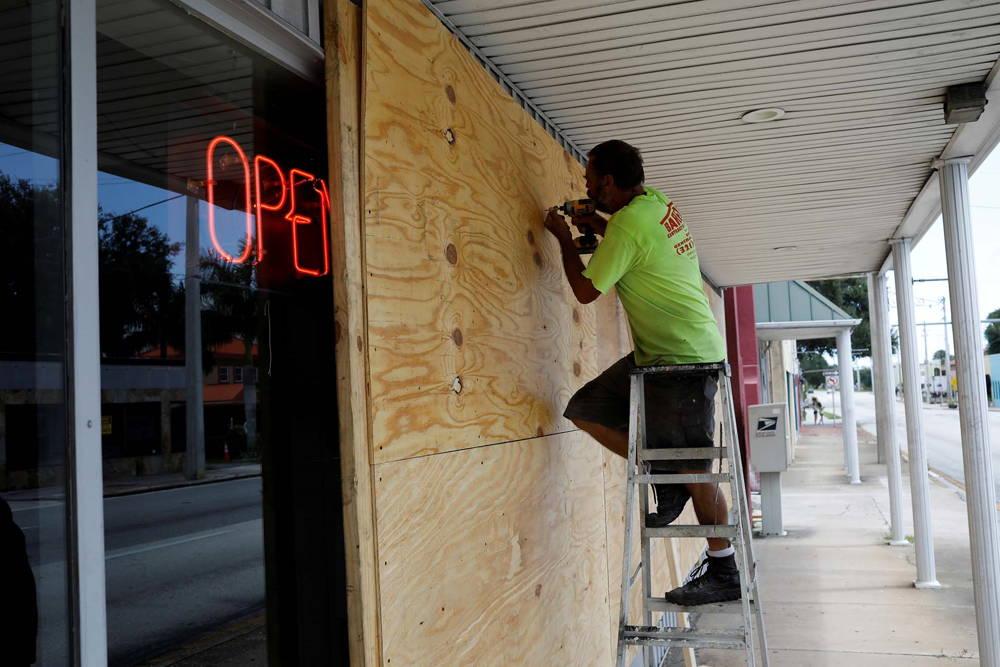 Un hombre se prepara en Florida (REUTERS/Marco Bello – RC116E272780/File Photo)