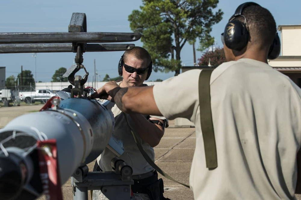 B-52 realiza lanzamiento de bombas guiadas por láser desde un lanzador rotativo