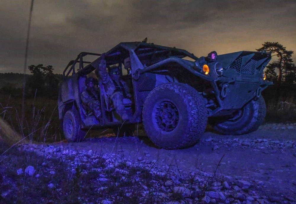 Paracaidistas de EE.UU. conducen de noche con los nuevos vehículos de movilidad terrestre del Ejército