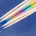Fotógrafo captura los senderos tecnicolor de los aviones