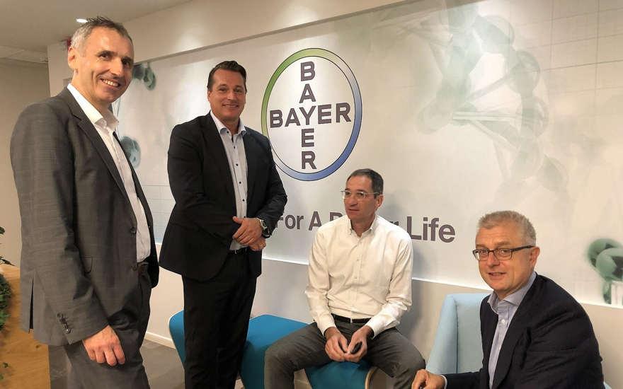 De izquierda a derecha: Dr. Karl Ziegelbauer, vicepresidente senior de Innovación Abierta y Tecnologías Digitales de Bayers, Hugo Hagen, Dr. Berthold Hinzen y Dr. Joerg Moeller (Cortesía)