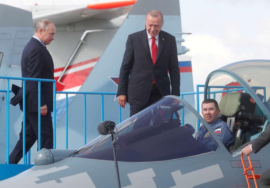 El presidente ruso, Vladimir Putin, y el presidente turco, Recep Tayyip Erdogan, inspeccionan el caza Sukhoi Su-57 de quinta generación durante el Salón Internacional de Aviación y Espacio MAKS-2019 en Zhukovsky, en las afueras de Moscú, Rusia, el 27 de agosto de 2019. (Crédito de la foto: MAXIM SHIPENKOV / POOL VIA REUTERS / FOTO DE ARCHIVO)