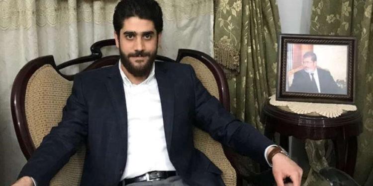 Abdullah Morsi, el hijo menor del ex presidente islamista encarcelado de Egipto Mohammed Morsi, posa para una fotografía frente a su casa en El Cairo, Egipto, el 30 de septiembre de 2018. (Foto AP / Brian Rohan, Archivo)
