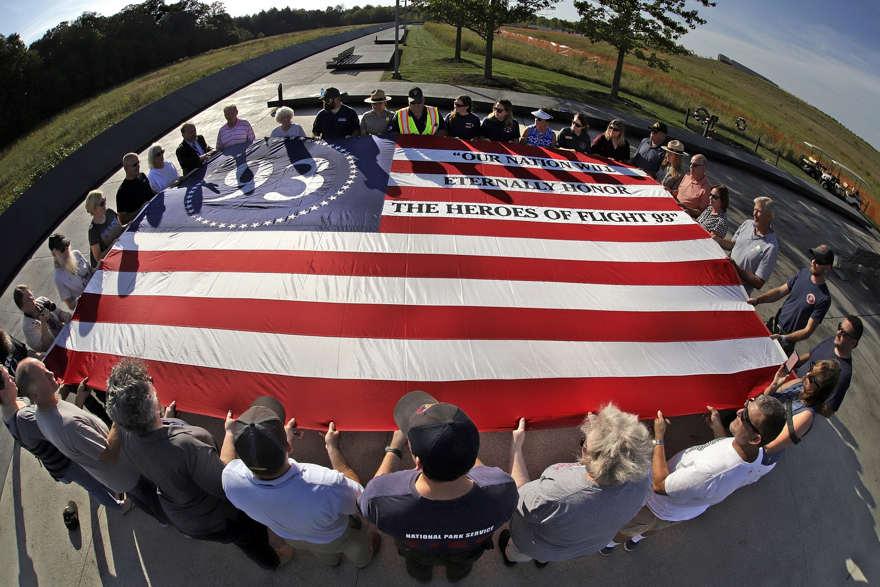 Los visitantes del Monumento Nacional del Vuelo 93 en Shanksville, Pensilvania, participan en un servicio conmemorativo al atardecer el martes 10 de septiembre de 2019, mientras la nación se prepara para conmemorar el 18 aniversario de los ataques del 11 de septiembre de 2001. (Foto AP / Gene J. Puskar)