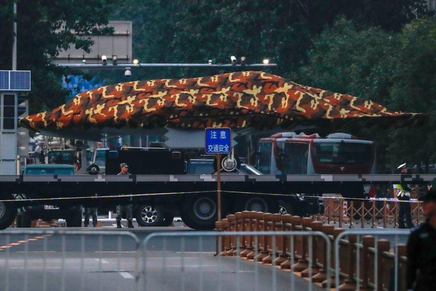 Un camión que transporta lo que es casi seguro el dron Sharp Sword antes de un desfile militar en Beijing (Foto cortesía del Foro Sinodefence )