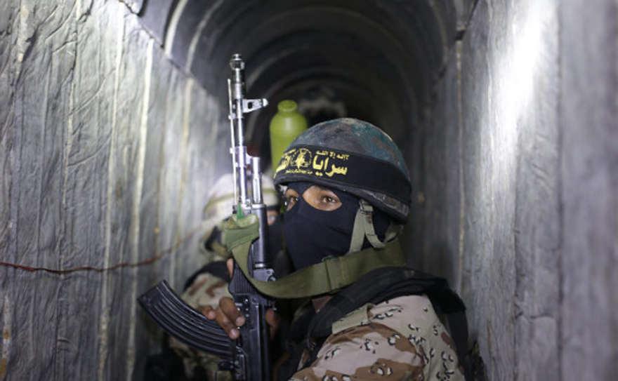 Un operativo de la Jihad Islámica Palestina dentro de uno de los túneles de la organización   Ilustración: AFP