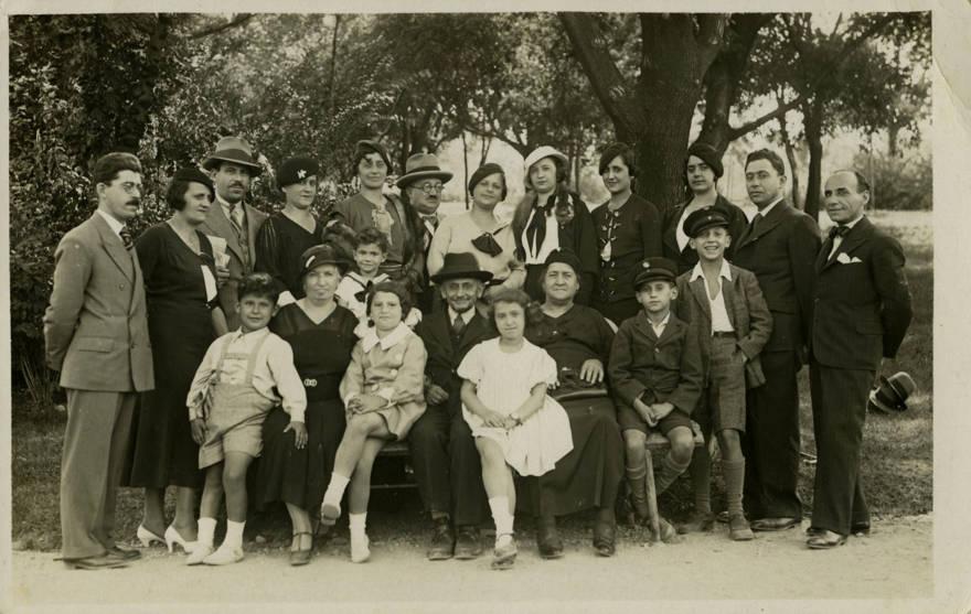 La familia Majer de Belgrado, en un momento feliz antes de la Segunda Guerra Mundial; 19 personas en la fotografía fueron asesinadas en el Holocausto (Cortesía de Yad Vashem Photo Archive)