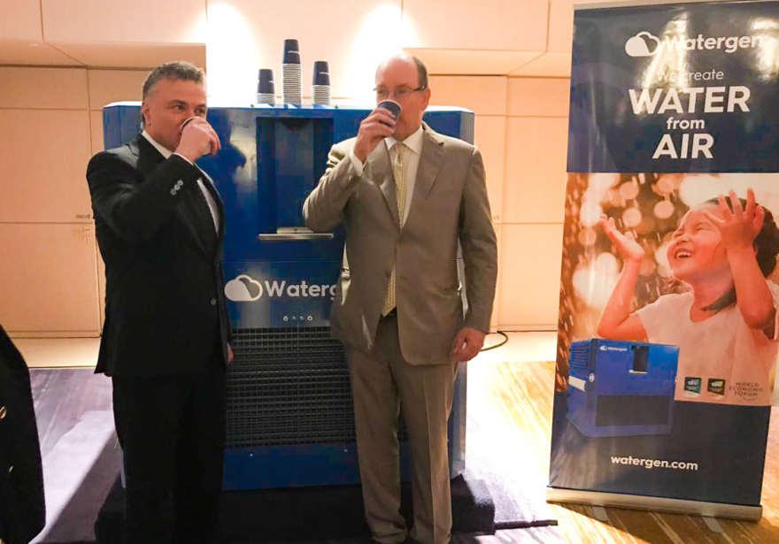 El Príncipe Alberto II de Mónaco y el Dr. Michael Mirilashvili bebieron agua del aire el lunes pasado. (Crédito de la foto: WATERGEN)