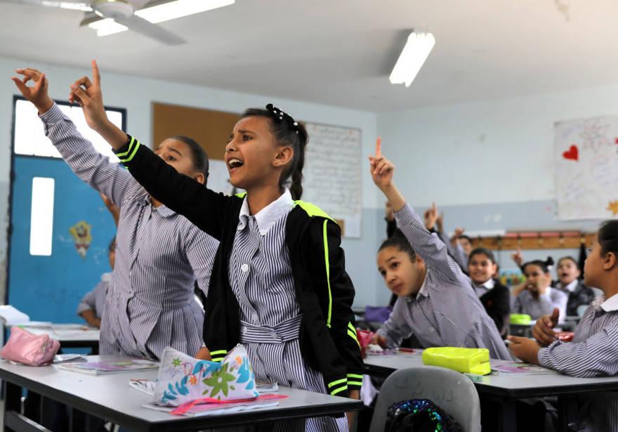 Los escolares palestinos participan en una lección en una escuela dirigida por UNRWA en el campo de refugiados de Shuafat en Jerusalén Este. (Crédito de la foto: AMMAR AWAD / REUTERS)