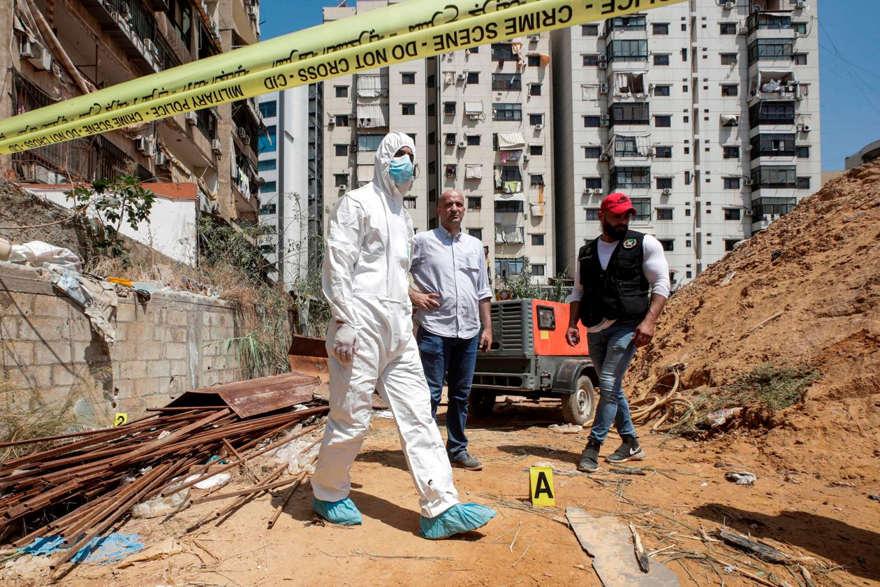 Investigadores libaneses inspeccionaron daños en el centro de medios de Hezbolá en agosto. FOTO: ANWAR AMR / AGENCE FRANCE-PRESSE / GETTY IMAGES