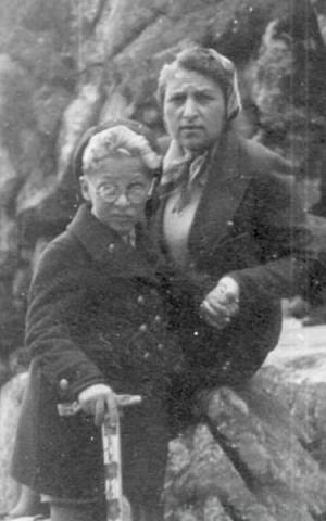 Fela Zabludowski y su hijo Alexander en Zakopane, 1939 (Cortesía de Yad Vashem Photo Archives)