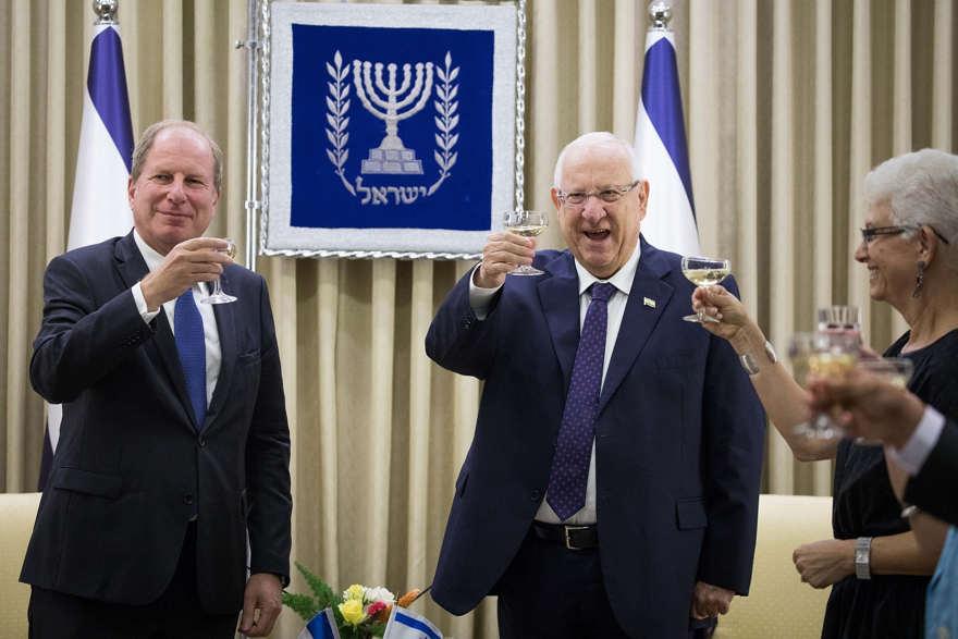 El embajador francés entrante Eric Danon, a la izquierda, con el presidente Reuven Rivlin, en el centro, durante una ceremonia para recibir credenciales diplomáticas de nuevos embajadores en la residencia del presidente, 12 de septiembre de 2019. (Yonatan Sindel / Flash90)