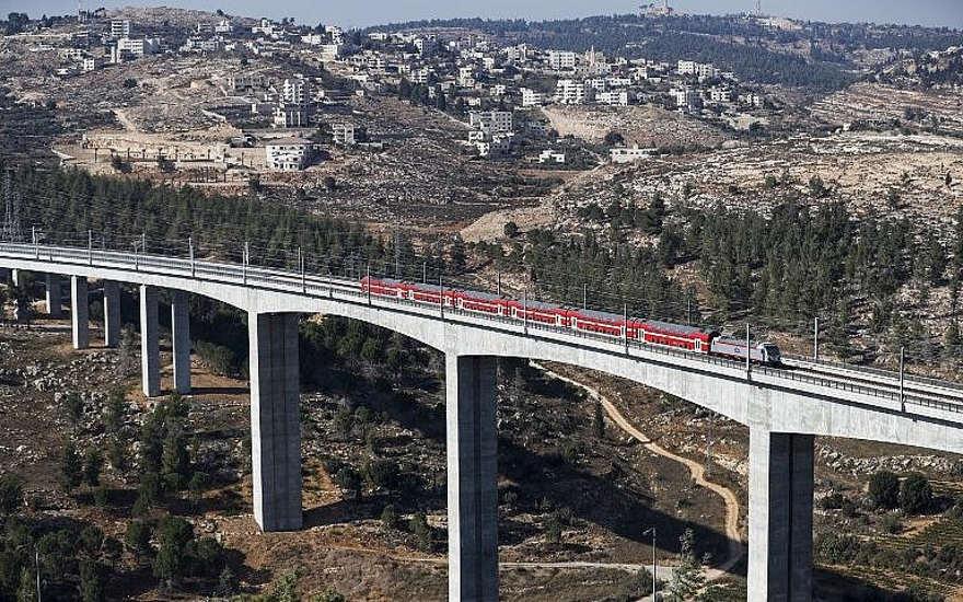 Una sección de la línea de tren de alta velocidad Jerusalén-Tel Aviv en las afueras de Jerusalén, el 25 de septiembre de 2018. (Ahmad Gharabli / AFP)