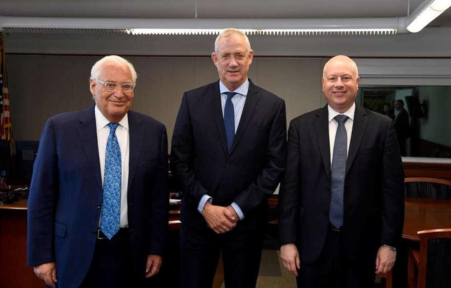 El embajador de Estados Unidos en Israel, David Friedman, el líder azul y blanco Benny Gantz, y el enviado especial de Estados Unidos para Oriente Medio, Jason Greenblatt, en la embajada de Estados Unidos en Tel Aviv, el lunes | Foto: Matty Stern / Embajada de los Estados Unidos vía Reuters