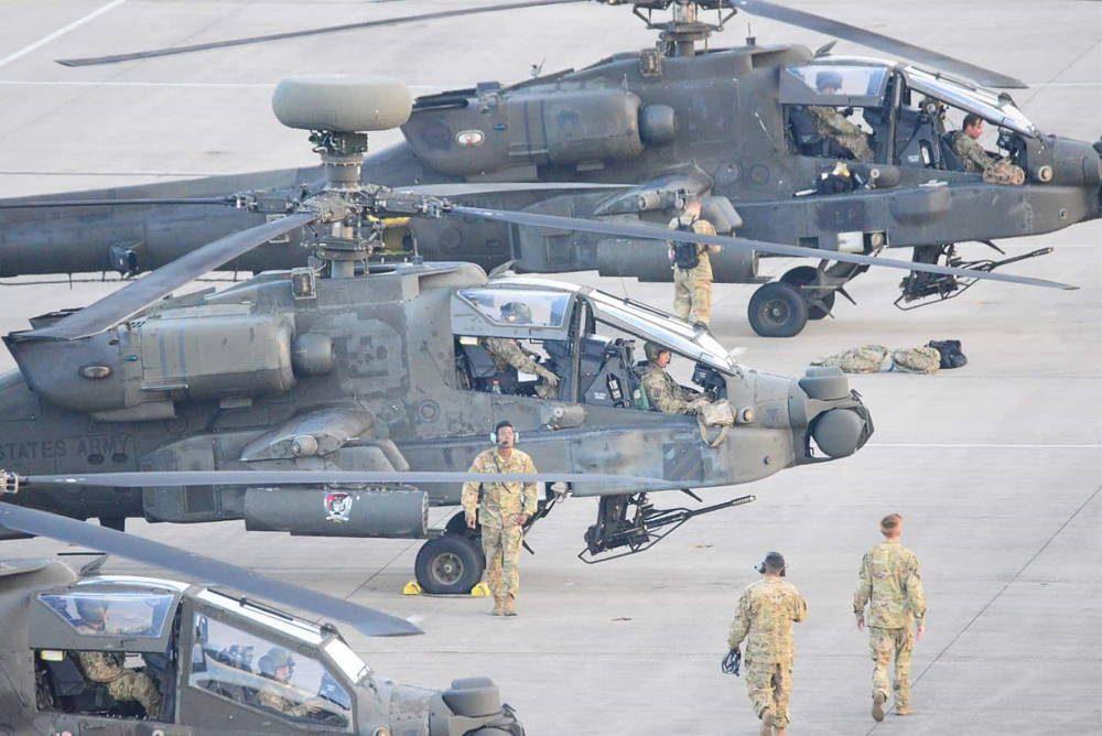 Helicópteros de ataque Apache del Ejército de EE.UU. llegan a Alemania