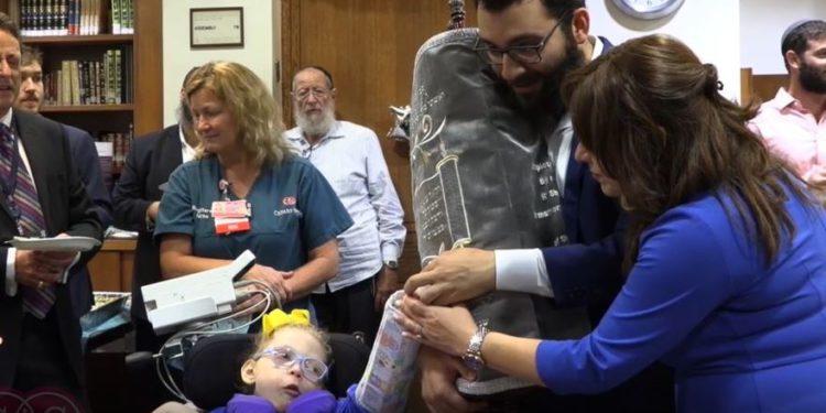 Numa Beron (c) celebra su bat mitzvah en el Centro Médico Cedars-Sinai (Screencapture / Cedars-Sinai)
