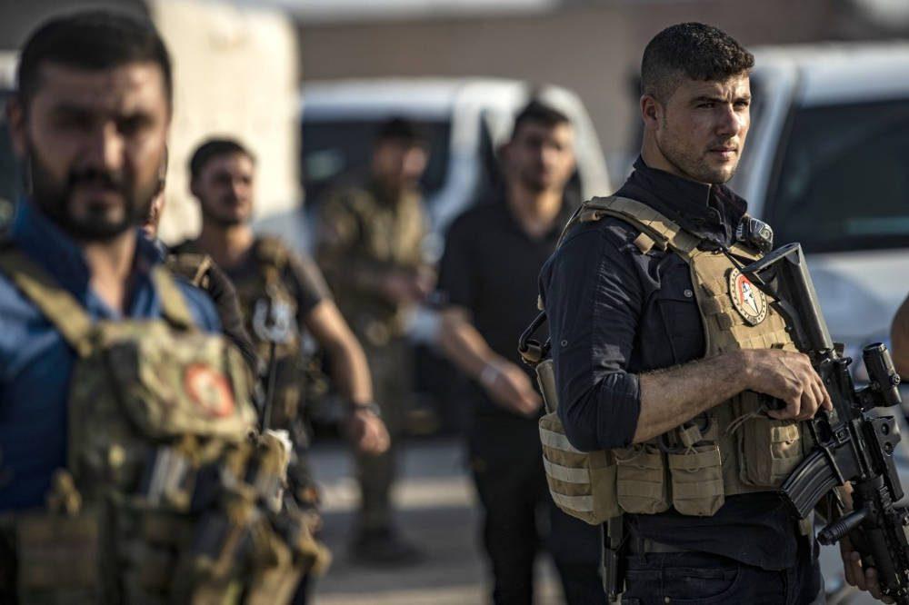 Los miembros de las fuerzas especiales de las Fuerzas Democráticas Sirias (SDF) lideradas por los kurdos se muestran durante los preparativos para unirse al frente contra las fuerzas turcas, el 10 de octubre de 2019, cerca de la ciudad de Hasakeh, en el norte de Siria. (Delil SOULEIMAN / AFP)