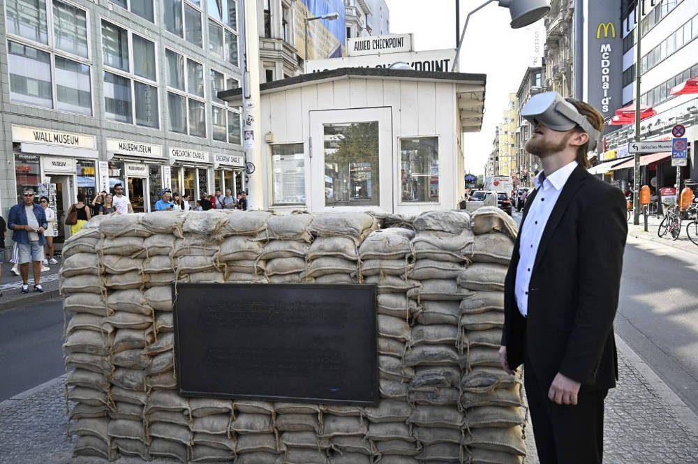 Jonas Rothe, fundador y CEO de Timeride, posa junto a Checkpoint Charlie el 22 de agosto de 2019 en Berlín. (Tobias Schwarz / AFP)