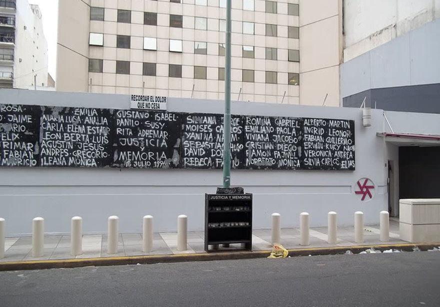Un monumento a las víctimas del bombardeo de AMIA en 1994. (crédito de la foto: Wikimedia Commons)