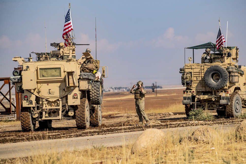 Un convoy de vehículos militares estadounidenses atraviesa la ciudad de Qahtaniyah, en el noreste de Siria, en la frontera con Turquía el 31 de octubre de 2019 (Delil SOULEIMAN / AFP)