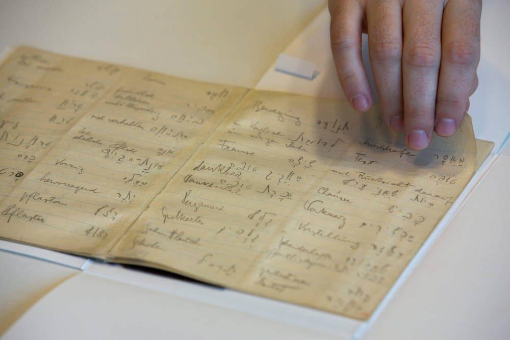 Foto de archivo: un funcionario de la biblioteca muestra el cuaderno de vocabulario hebreo del célebre autor Franz Kafka en la Biblioteca Nacional de Israel en Jerusalem, 5 de octubre de 2014. Crédito: AP