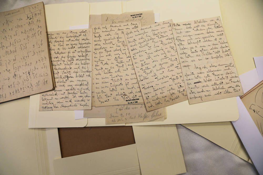 Los documentos, parte de una colección de escritos de Franz Kafka en hebreo, se exhiben en la Biblioteca Nacional de Israel en Jerusalén, el 7 de agosto de 2019. AMMAR AWAD / REUTERS