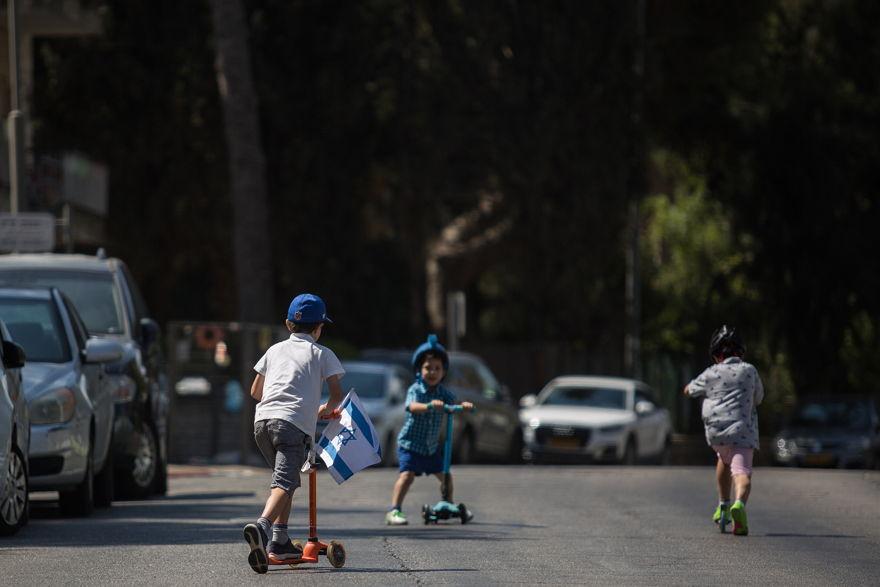 Los niños israelíes aprovechan los caminos vacíos en Jerusalén en Iom Kipur, el Día de la Expiación. 19 de septiembre de 2018. (Hadas Parush / Flash90)