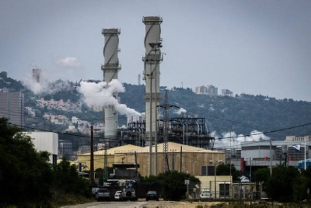 Contaminación en la ciudad norteña israelí de Haifa, 15 de abril de 2015. (Basel Awidat / Flash90)