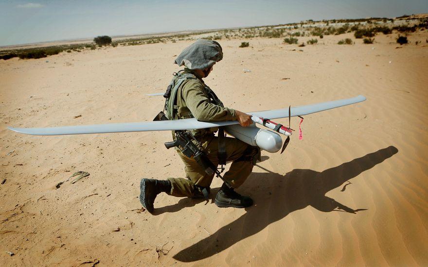 Un soldado de las FDI con un avión no tripulado Skylark durante un simulacro en la base del ejército Tzelim, 5 de agosto de 2013. (Miriam Alster / Flash90)