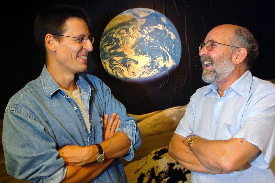 """En esta foto de archivo del jueves 11 de agosto de 2005, los astrónomos suizos Michel Mayor, derecha, y Didier Queloz, izquierda, posan para el fotógrafo en el Observatorio Astronómico de la Universidad de Ginebra. El Premio Nobel de Física 2019 se otorgó a James Peebles """"por descubrimientos teóricos en cosmología física"""", y la otra mitad conjuntamente a Michel Mayor y Didier Queloz """"por el descubrimiento de un exoplaneta que orbita una estrella de tipo solar"""", dijo el profesor Goran. Hansson, secretario general de la Real Academia de Ciencias de Suecia que elige a los galardonados. (Laurent Gillieron, Keystone vía AP)"""