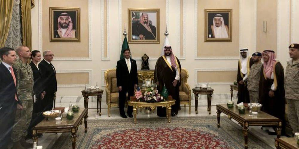 El Secretario de Defensa de los Estados Unidos, Mark Esper, es recibido por el Viceministro de Defensa de Arabia Saudita, el Príncipe Khalid bin Salman, en Riad, Arabia Saudita, el 21 de octubre de 2019. Foto: REUTERS / Idrees Ali.