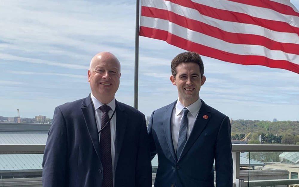 El enviado saliente de Estados Unidos para Medio Oriente, Jason Greenblatt, es visto con el sucesor Avi Berkowitz en una foto de abril (Twitter)
