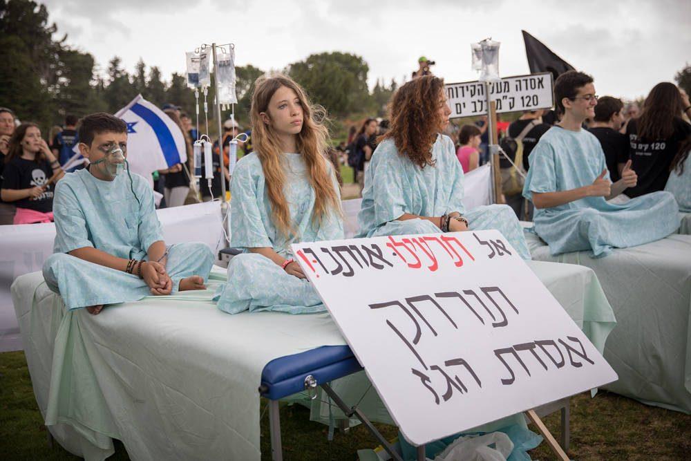 Israelíes que se manifiestan cerca de la Knéset, Jerusalén, contra una decisión de ubicar la plataforma de procesamiento de gas natural de Leviatán a diez kilómetros de la costa central de Israel, 12 de junio de 2018. (Noam Revkin Fenton / Flash90