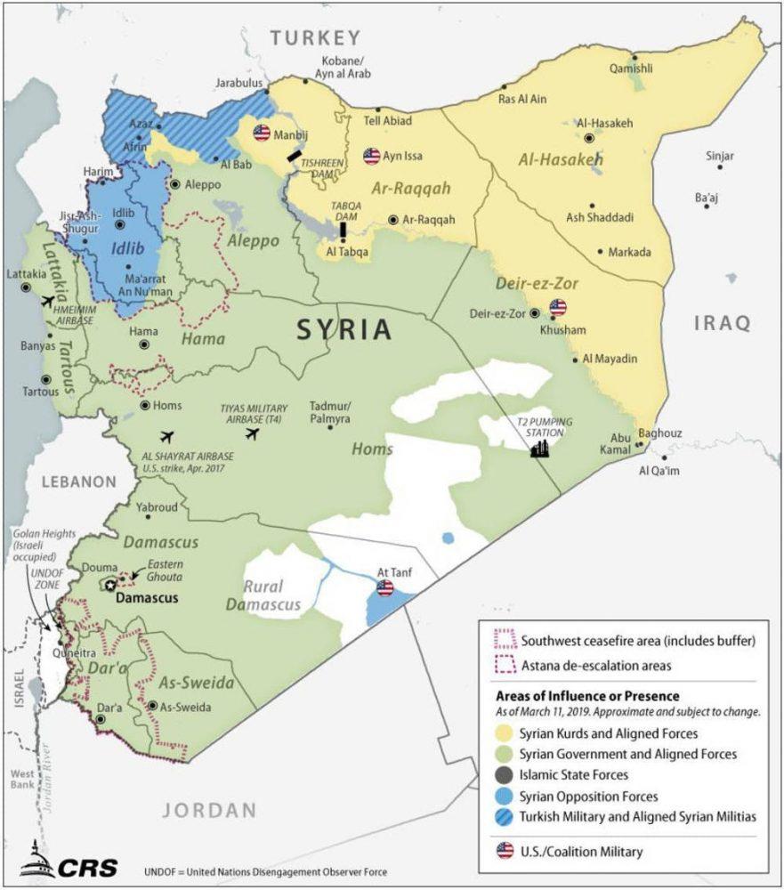 Un mapa que muestra varias zonas de influencia en Siria a partir de marzo de 2019, junto con varios lugares de interés. Las áreas azules, y en menor medida las verdes, han crecido significativamente en las últimas semanas, mientras que las áreas amarillas se han contraído. La posición militar de los Estados Unidos al oeste de Deir Ez Zor es la ubicación aproximada de la planta de gas Conoco.