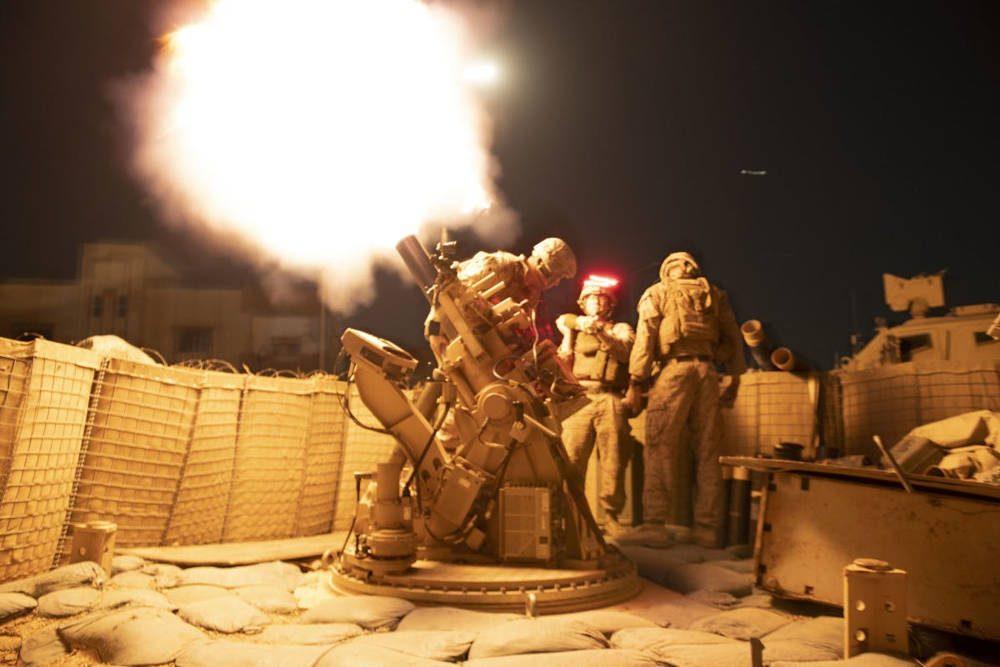EJERCÍTIO EE.UU Los infantes de marina de los EE. UU., Que apoyan a las fuerzas de operaciones especiales de los EE. UU., Disparan un sistema avanzado de protección de mortero contra un puesto avanzado no revelado en algún lugar de Siria.