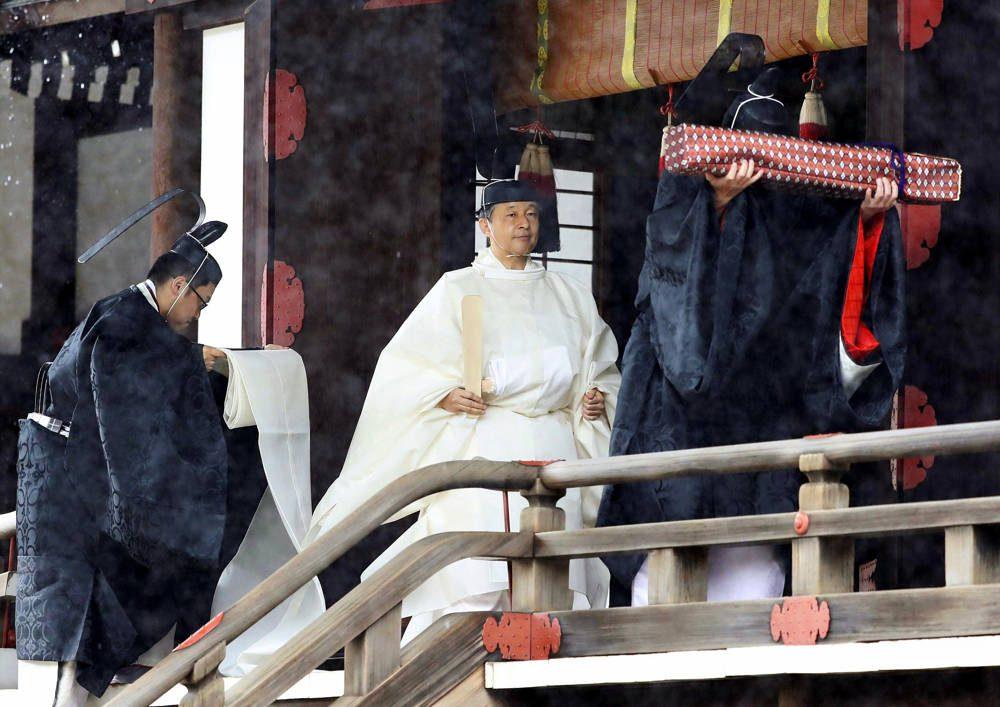 """El emperador japonés Naruhito, con una túnica blanca, se va después de rezar en """"Kashikodokoro"""", uno de los tres santuarios en el Palacio Imperial, en Tokio, el 22 de octubre de 2019. (Kyodo News vía AP)"""