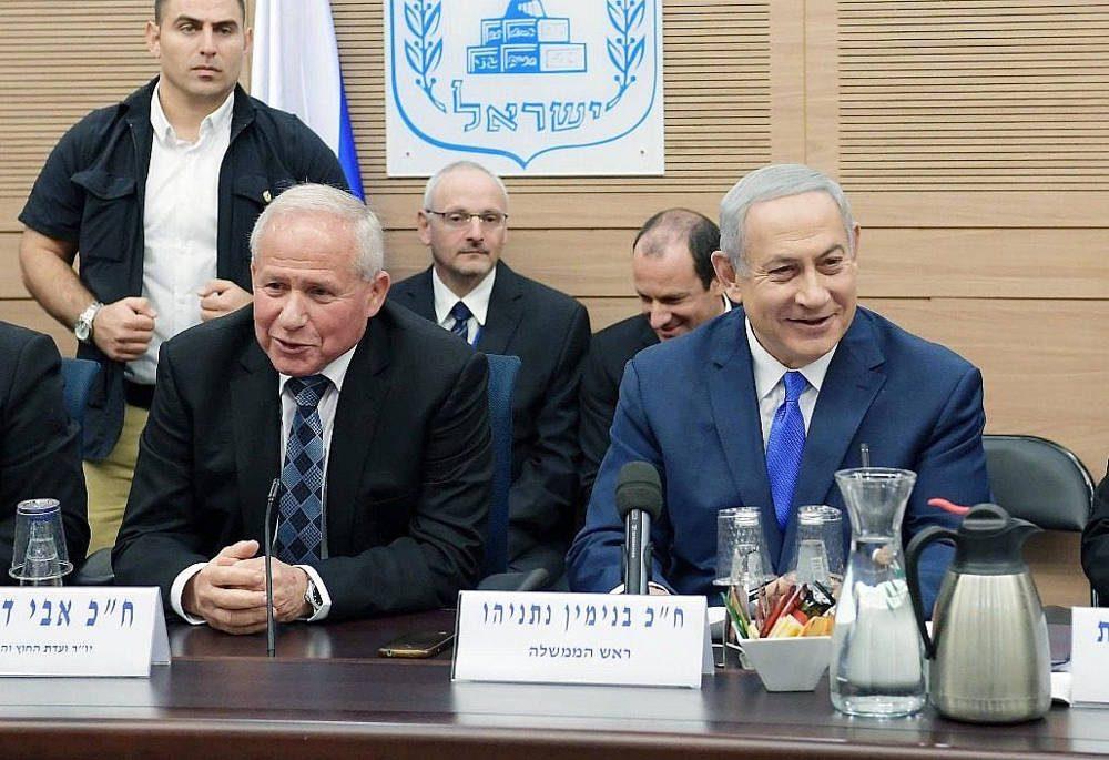 El primer ministro Benjamin Netanyahu, derecha, y el presidente del Comité de Asuntos Exteriores y Defensa, MK Avi Dichter, izquierda, en una reunión de la FADC en la Knéset, el 19 de noviembre de 2018. (Amos Ben Gershom / GPO)