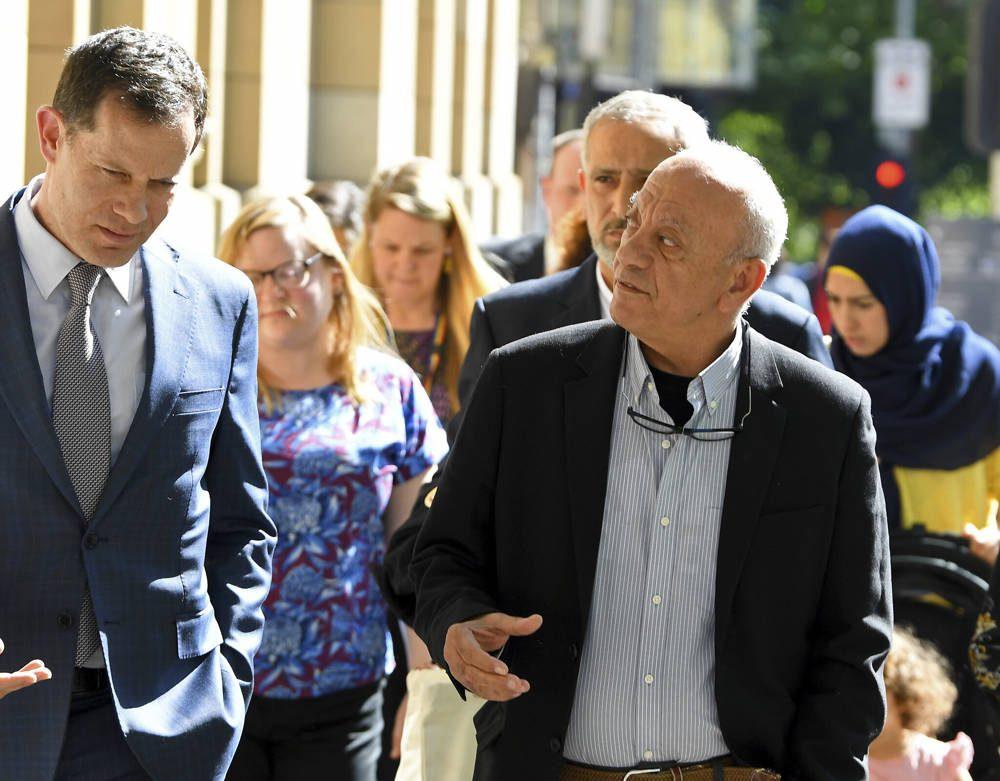 Saeed Maasarwe, a la derecha, el padre de la estudiante de intercambio asesinada, Aya Maasarwe, llega a la Corte Suprema de Victoria en Melbourne, Australia, el 29 de octubre de 2019 (James Ross / Imagen de AAP vía AP)