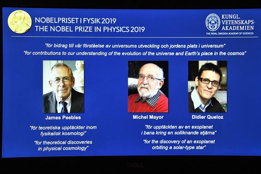 Una pantalla muestra los retratos de los galardonados con el Premio Nobel de Física 2019, de izquierda a derecha, James Peebles, Michel Mayor y Didier Queloz, durante una conferencia de prensa en la Real Academia de Ciencias de Suecia en Estocolmo, Suecia, el martes de octubre. 8 de 2019. (Claudio Bresciani / TT a través de AP)