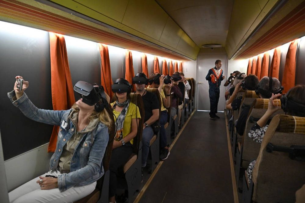 Los periodistas asisten a una gira de prensa en Timeride, una compañía que ofrece recorridos de realidad virtual a través de un Berlín aún dividido, el 22 de agosto de 2019 en Berlín, Alemania. (Tobias Schwarz / AFP)