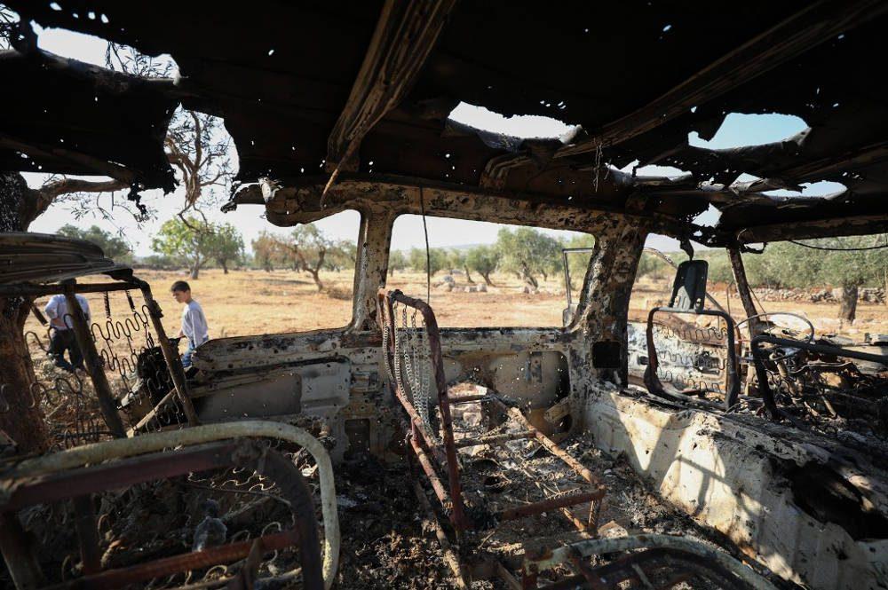 Una foto tomada el 27 de octubre de 2019 muestra un vehículo quemado cerca del sitio donde, según los informes, los disparos de helicópteros mataron a nueve personas cerca de la aldea de Barisha, en el noroeste de Siria, en la provincia de Idlib, cerca de la frontera con Turquía, donde 'grupos vinculados al grupo Estado Islámico' estuvieron presentes, según un monitor de guerra con base en Gran Bretaña con fuentes dentro de Siria (Omar HAJ KADOUR / AFP)